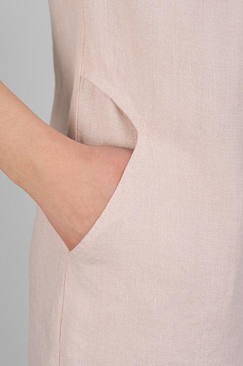 Różowa lniana sukienka z kieszeniami.
