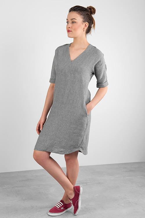 Szara lniana sukienka z krótkim rękawem.