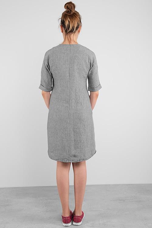 Szara lniana sukienka długa lekko przed kolana.
