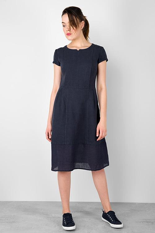 Granatowa sukienka lniana z krótkim rękawem.