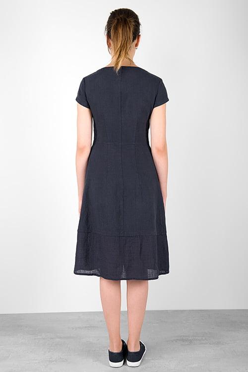 Granatowa, dopasowana w talii sukienka lniana.