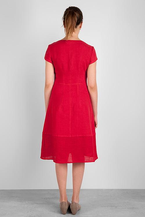 Tył sukni dopasowany w talii.