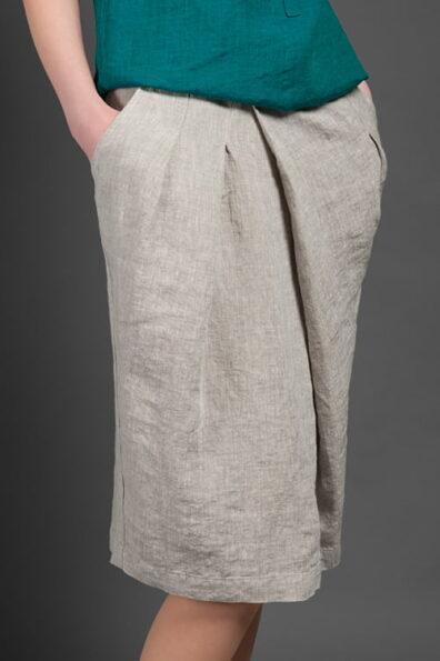 Z przodu spódnica zapina się na 2 guziki.