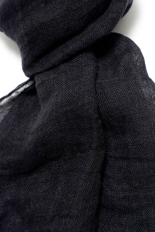 Czarny lniany szalik.