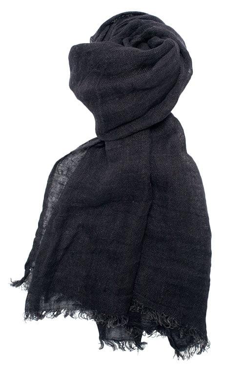 Cieniutki czarny lniany szalik wykończony strzępionymi brzegami.