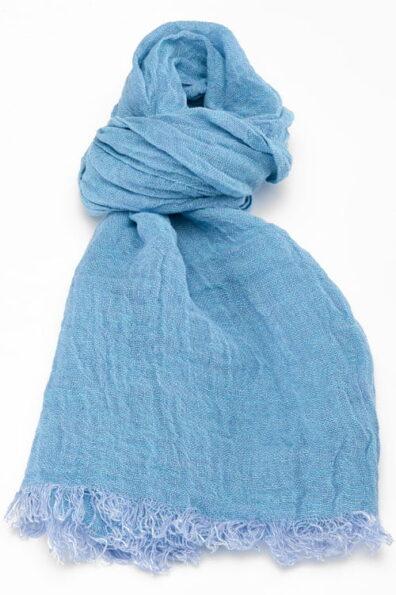 ieniutki niebieski lniany szalik wykończony strzępionymi brzegami.