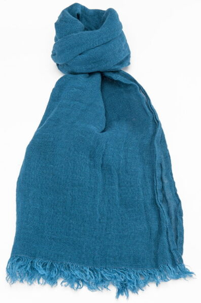 Cieniutki turkusowy lniany szalik wykończony strzępionymi brzegami.