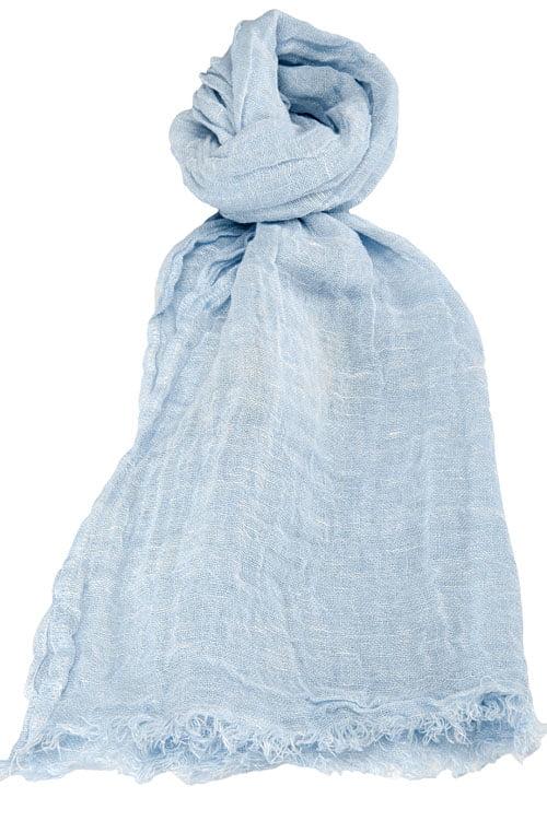 Cieniutki błękitny szalik wykończony strzępionymi brzegami.