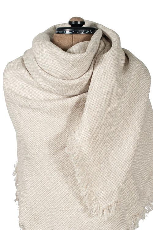 Jasna biało - beżowa chusta lniana w drobną krateczkę.