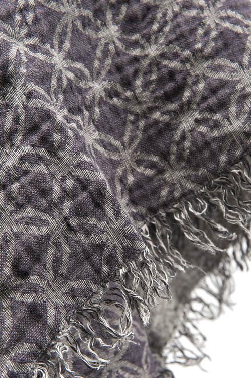Żakardowa fioletowa chusta dookoła jest ozdobiona frędzlami - 4cm.