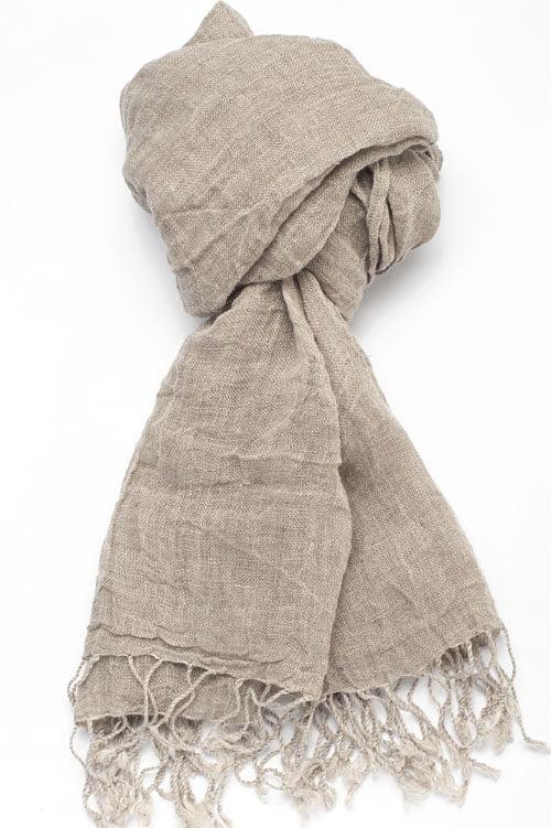 Lniany szalik z pranej, a dlatego miękkiej i przyjemnej w dotyku tkaniny lnianej.