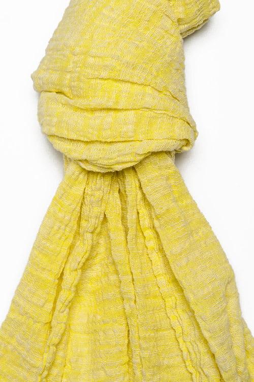 Żółty szalik lniano - bawełniany ozdobiony frędzelkami