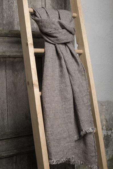 Długi szary szalik lniany w geometryczny rzucik.