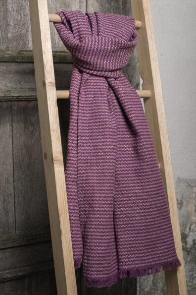 Fioletowy lniany szalik we wzorki.