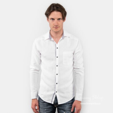 Lniana biała koszula męska.