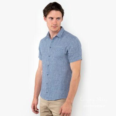Lniana koszula męska w niebieską kratkę.