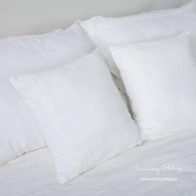 Białe poszewki z pranej lniano - bawełnianej tkaniny. Koronka lniana.
