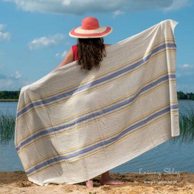 Ręcznik plażowy w paski niebieskie i żółte.