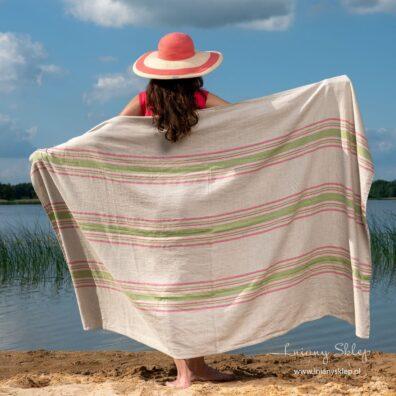 Ręcznik plażowy w paski różowe i zielone.