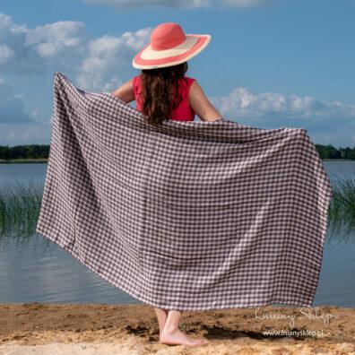 Duży lniany ręcznik plażowy w kratkę .