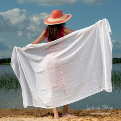 Biały duży ręcznik plażowy.