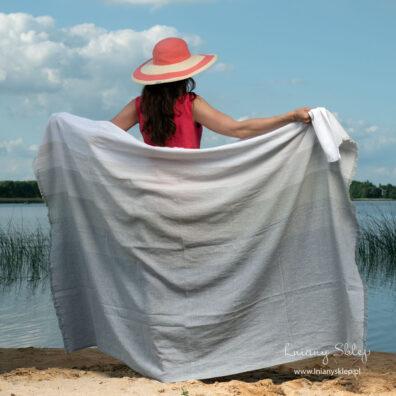 Ręcznik plażowy w szerokie pasy.