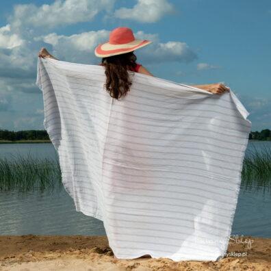 Ręcznik plażowy w szare pasy.