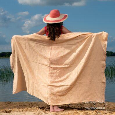 Brzoskwiniowy ręcznik plażowy.