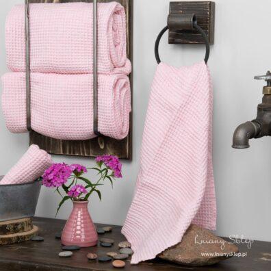 """Różowy """"waflowy"""" ręcznik kąpielowy."""