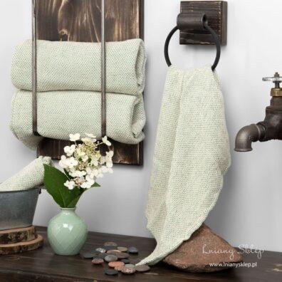 Lniany jasnozielony ręcznik w wypukły wzór.