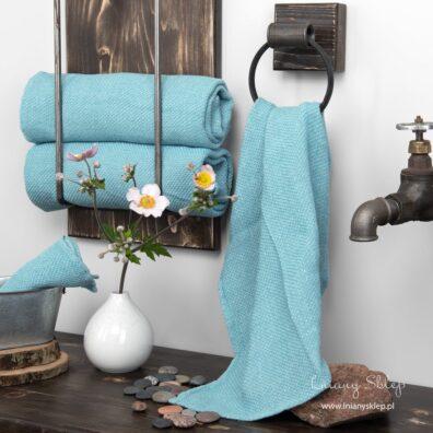 Lniany błękitny ręcznik w wypukły wzór.