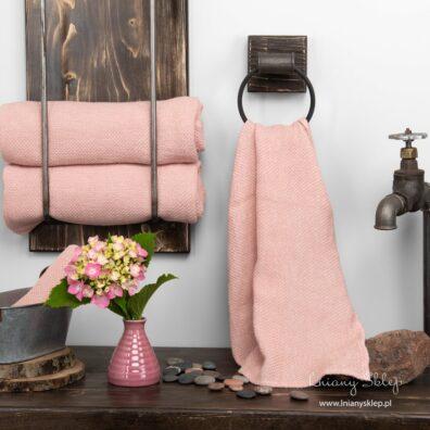 Lniany ręcznik w wypukły różowy i biały wzór.