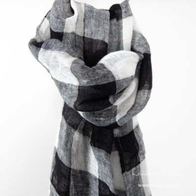 Lniany szalik krata czarna i biała.