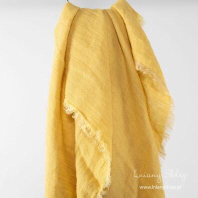 Żółta lniana chusta w wypukły wzorek.