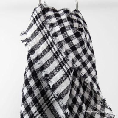 Lniana chusta w kratkę czarno - białą.