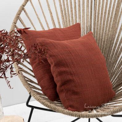 Czerwona poszewka na poduszkę.