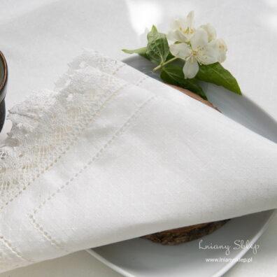 Biała ażurowa serwetka z koronką.