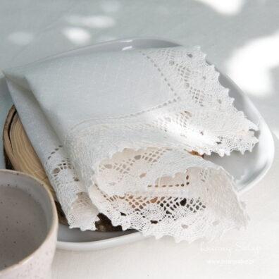 Serwetka biała ażurowa z koronką 20 x 20cm.